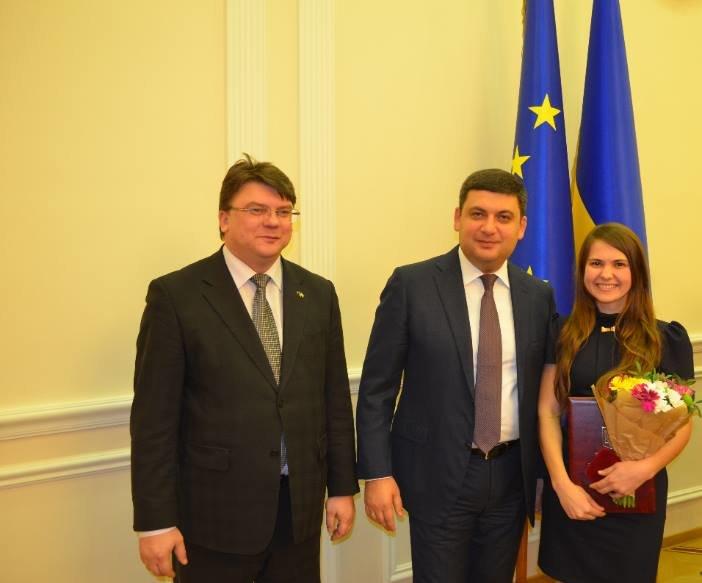 Гройсман лично вручил запорожской активистке медаль и премию, - ФОТО, фото-1