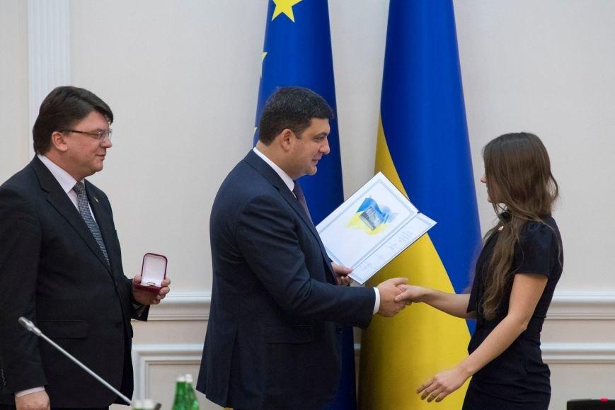 Гройсман лично вручил запорожской активистке медаль и премию, - ФОТО, фото-3