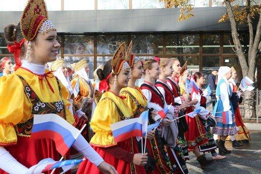 В Крыму участие в шествиях ко Дню народного единства приняли более 40 тысяч человек, половина из них - в Симферополе (ФОТО), фото-1