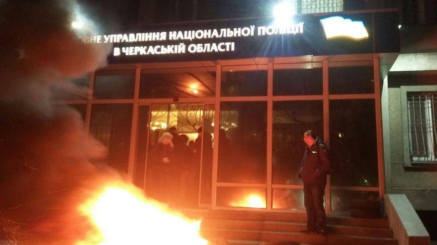 В Черкассах бывшего начальника Криворожской полиции встретили горящими шинами (ФОТО, ВИДЕО), фото-4