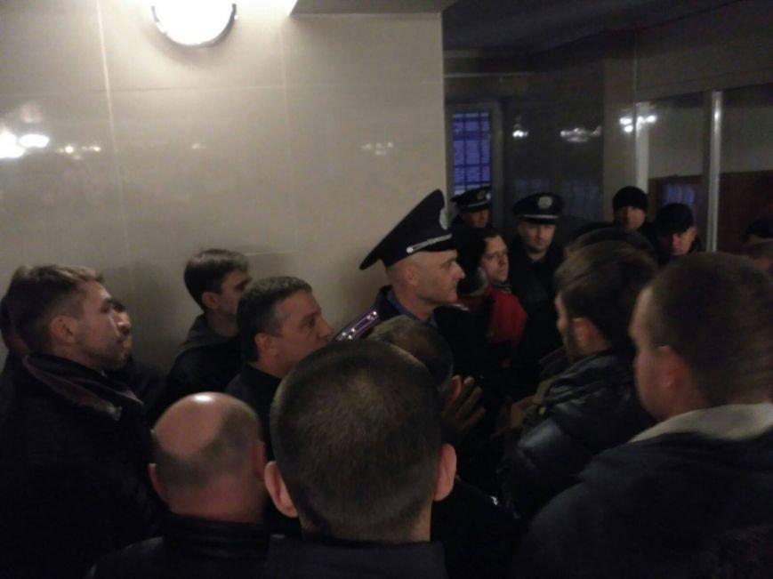 В Черкассах бывшего начальника Криворожской полиции встретили горящими шинами (ФОТО, ВИДЕО), фото-3