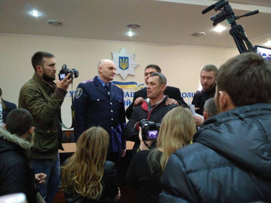 В Черкассах бывшего начальника Криворожской полиции встретили горящими шинами (ФОТО, ВИДЕО), фото-2