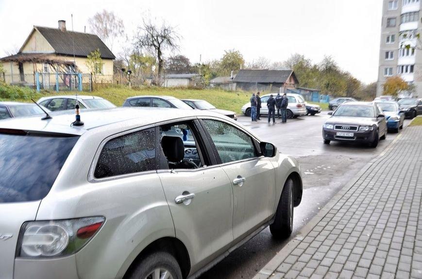 """""""Я изобрел машину времени и спасу вас!"""": утром в Гродно мужчина разбил доской стекла в 8 автомобилях, фото-4"""