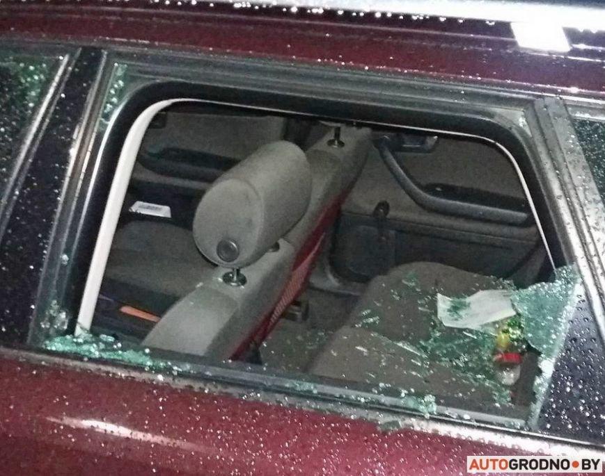 """""""Я изобрел машину времени и спасу вас!"""": утром в Гродно мужчина разбил доской стекла в 8 автомобилях, фото-1"""