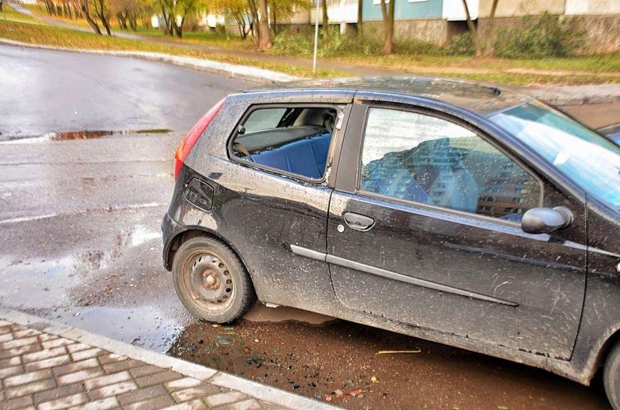 """""""Я изобрел машину времени и спасу вас!"""": утром в Гродно мужчина разбил доской стекла в 8 автомобилях, фото-2"""