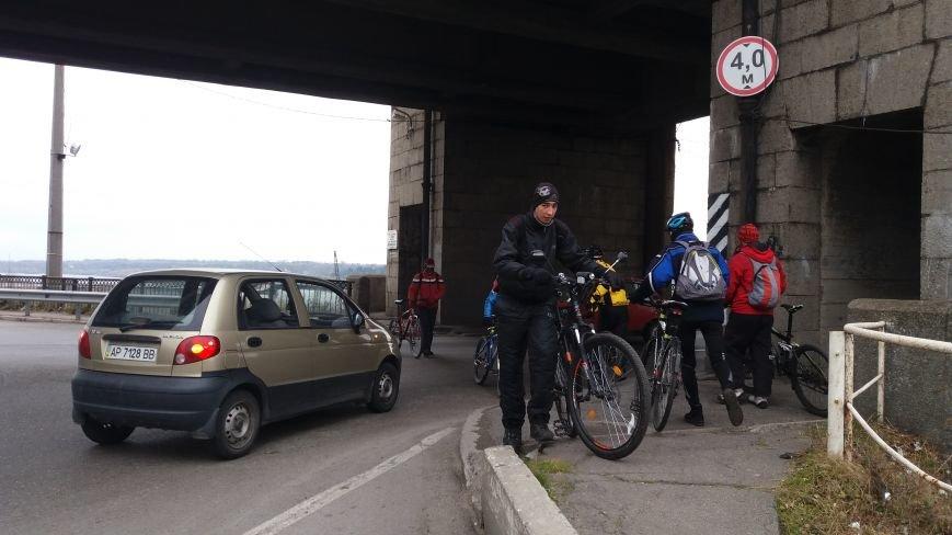 Запорожские велоактивисты заблокировали проезд по мосту Преображенского, - ФОТО, ВИДЕО, фото-1