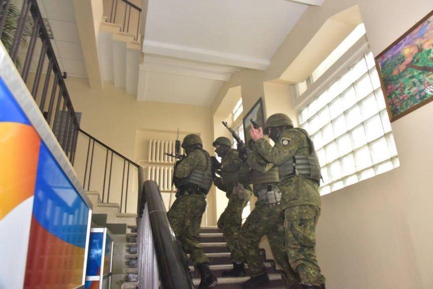 В Мариуполе спецназ превратился в альпинистов, чтобы освободить здание Нацполиции от террористов(ФОТО), фото-7