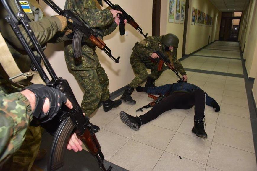 В Мариуполе спецназ превратился в альпинистов, чтобы освободить здание Нацполиции от террористов(ФОТО), фото-3