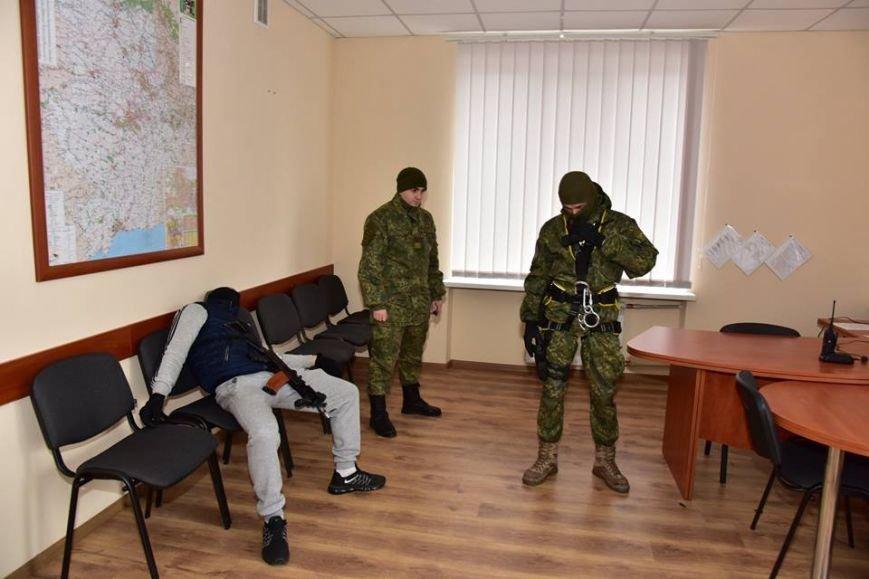 В Мариуполе спецназ превратился в альпинистов, чтобы освободить здание Нацполиции от террористов(ФОТО), фото-5