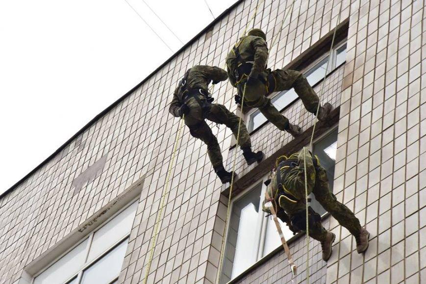 В Мариуполе спецназ превратился в альпинистов, чтобы освободить здание Нацполиции от террористов(ФОТО), фото-2