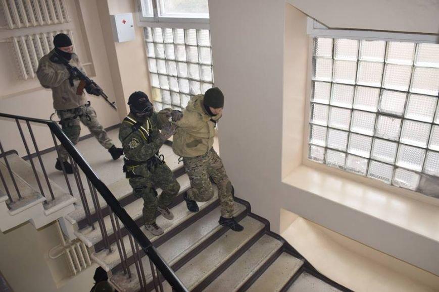 В Мариуполе спецназ превратился в альпинистов, чтобы освободить здание Нацполиции от террористов(ФОТО), фото-12