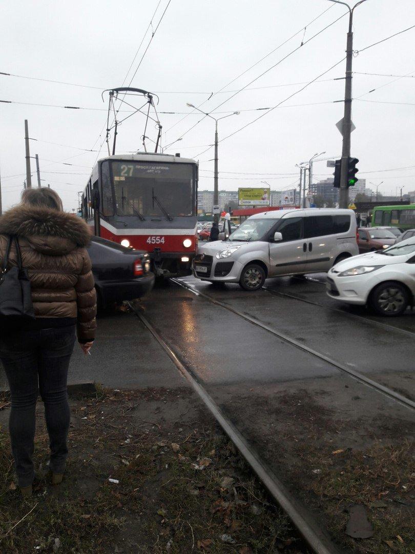 На Героев Труда трамвай протаранил иномарку (ФОТО), фото-2