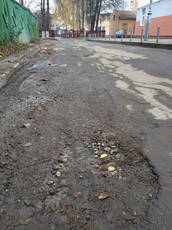 На недавно зремонтованому проїзді від Короля Данила до 4 школи розвалюється асфальт. Фото, фото-5