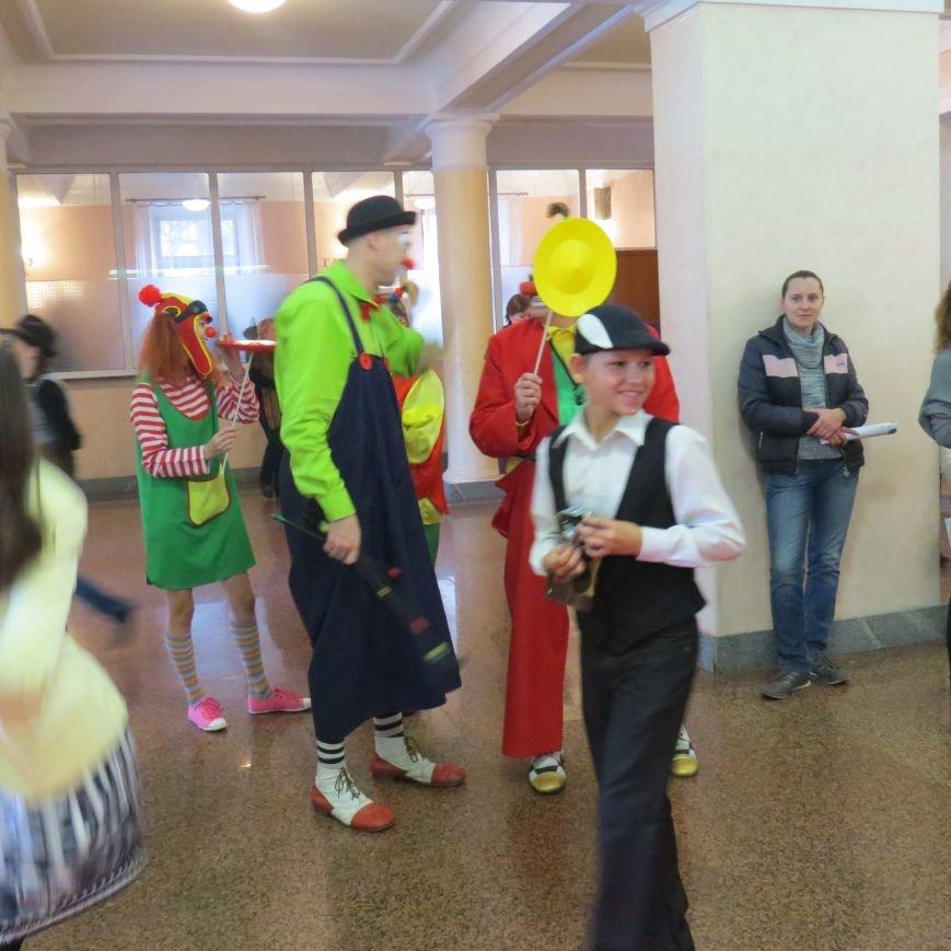 """Работников культуры в Мариуполе встречали на """"красной дорожке"""", но не увидели в вышиванках (ФОТО), фото-5"""