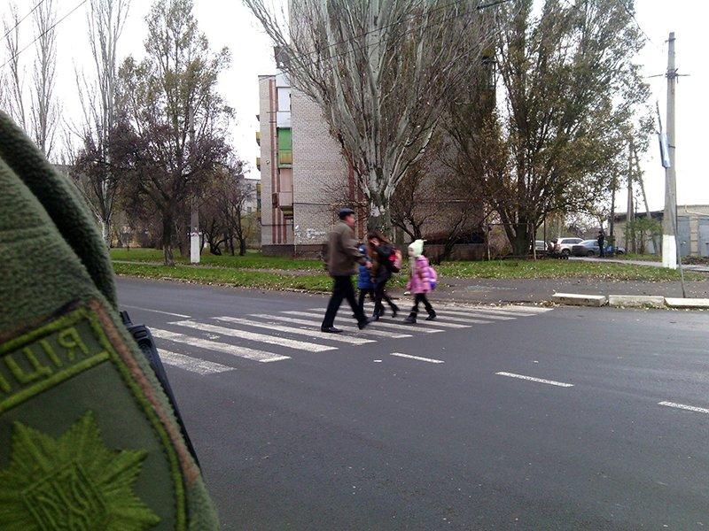 Полицейские Бахмута продолжают контролировать безопасность на дорогах возле школ города, фото-3