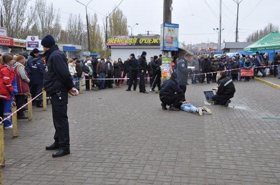 ВНиколаеве двое вооруженных правонарушителей грозили подорвать гранату нарынке