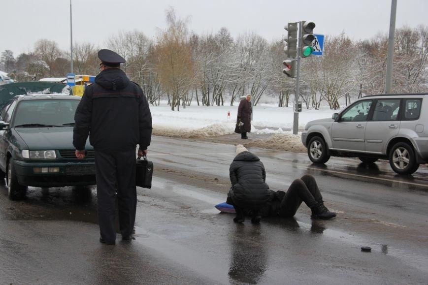 В Лиде водитель Фольксвагена задумался по дороге на техосмотр, поехал на красный свет и сбил пешехода, фото-1