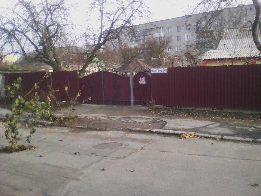 По вулиці Чернишевського у Новограді-Волинському невідомі поцупили кришку люка, фото-1