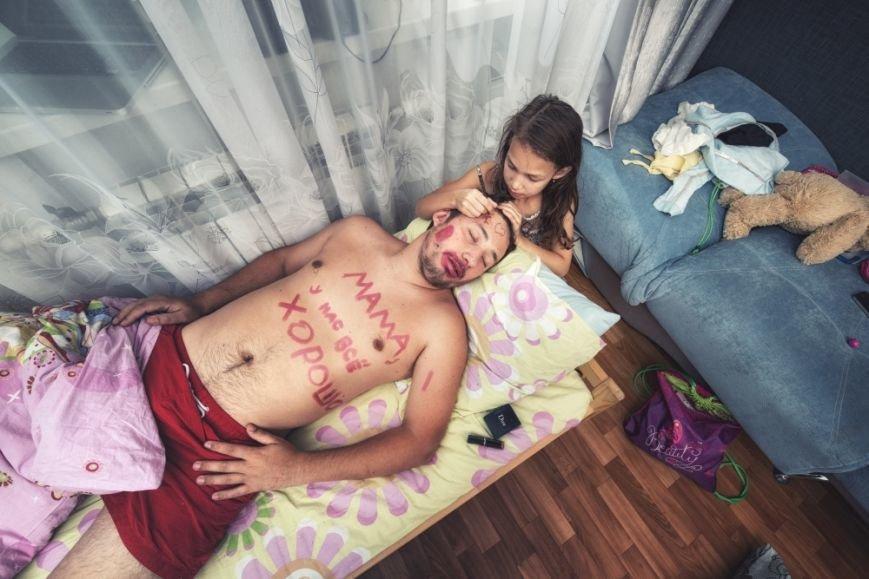 Унікальні дотепні світлини батька й 7-річної дочки, які дають собі раду у від'їзді мами (ФОТО), фото-5