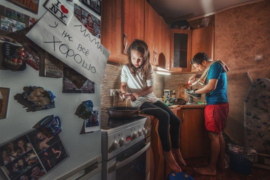 Унікальні дотепні світлини батька й 7-річної дочки, які дають собі раду у від'їзді мами (ФОТО), фото-2
