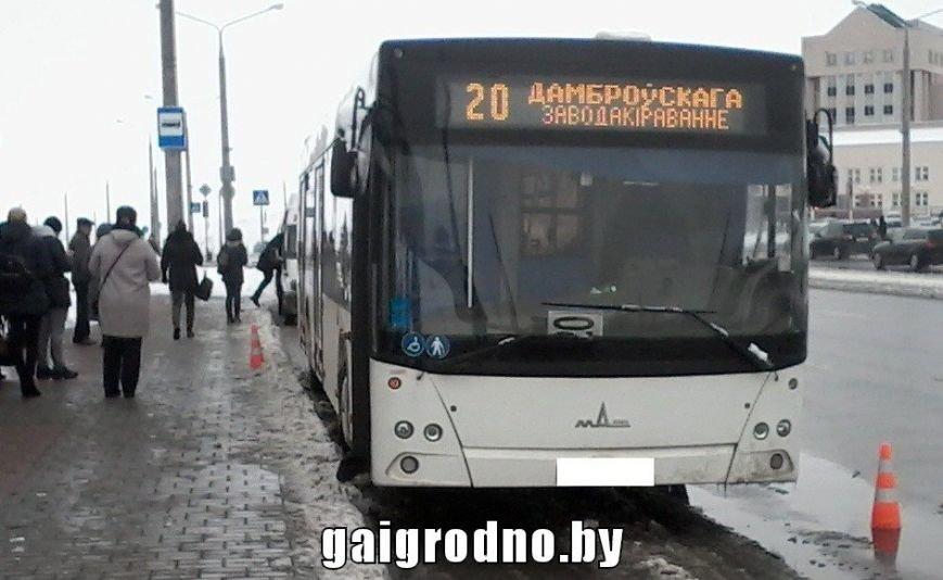"""В Гродно пенсионерка поскользнулась на снежной """"каше"""" и угодила ногой под колесо городского автобуса, фото-2"""