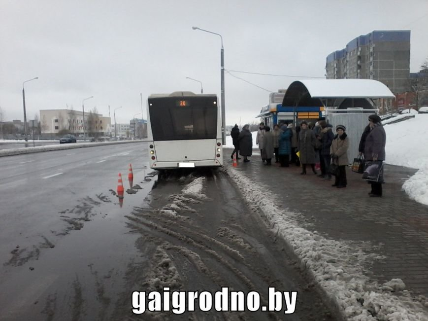 """В Гродно пенсионерка поскользнулась на снежной """"каше"""" и угодила ногой под колесо городского автобуса, фото-1"""