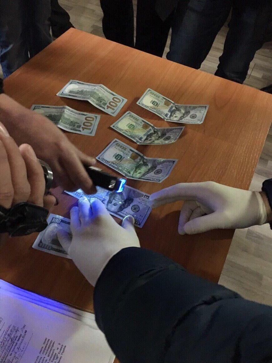 В Кам'янці при отриманні хабара в сумі 1000$ затримано посадовця ДАБІ, фото-1