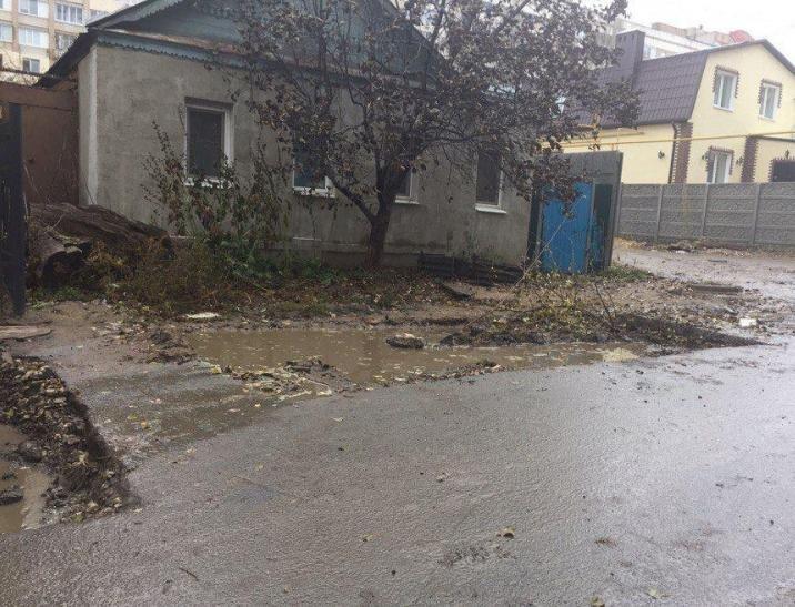 В Саратове мини-погрузчик провалился в дорожную яму, фото-1
