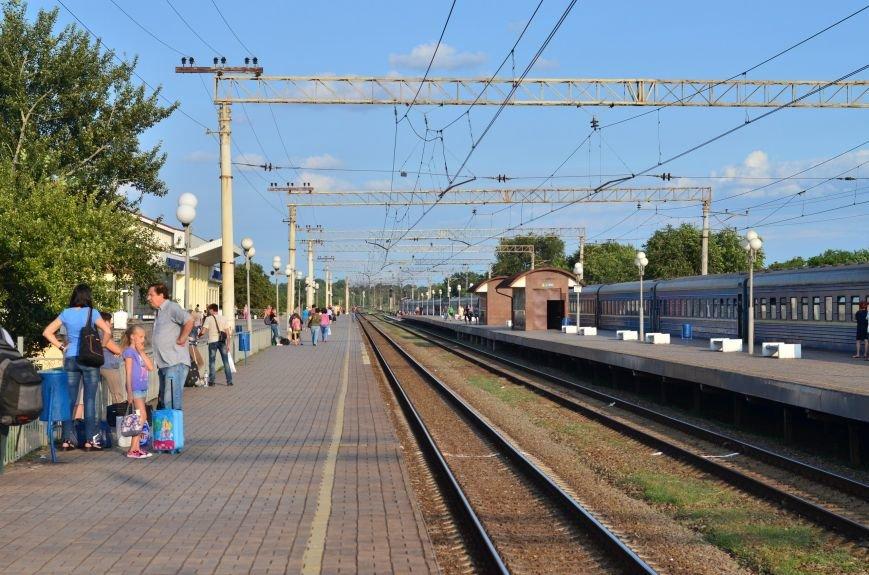 Каменской горсовет задолжал ПЖД 2 млн гривен за перевозку льготников в электричках, фото-1
