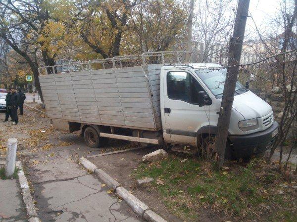 Крымчанин угнал грузовик и, удирая от ДПС, врезался в столб: Симферопольцы стали свидетелями погони (ФОТО, ВИДЕО), фото-1