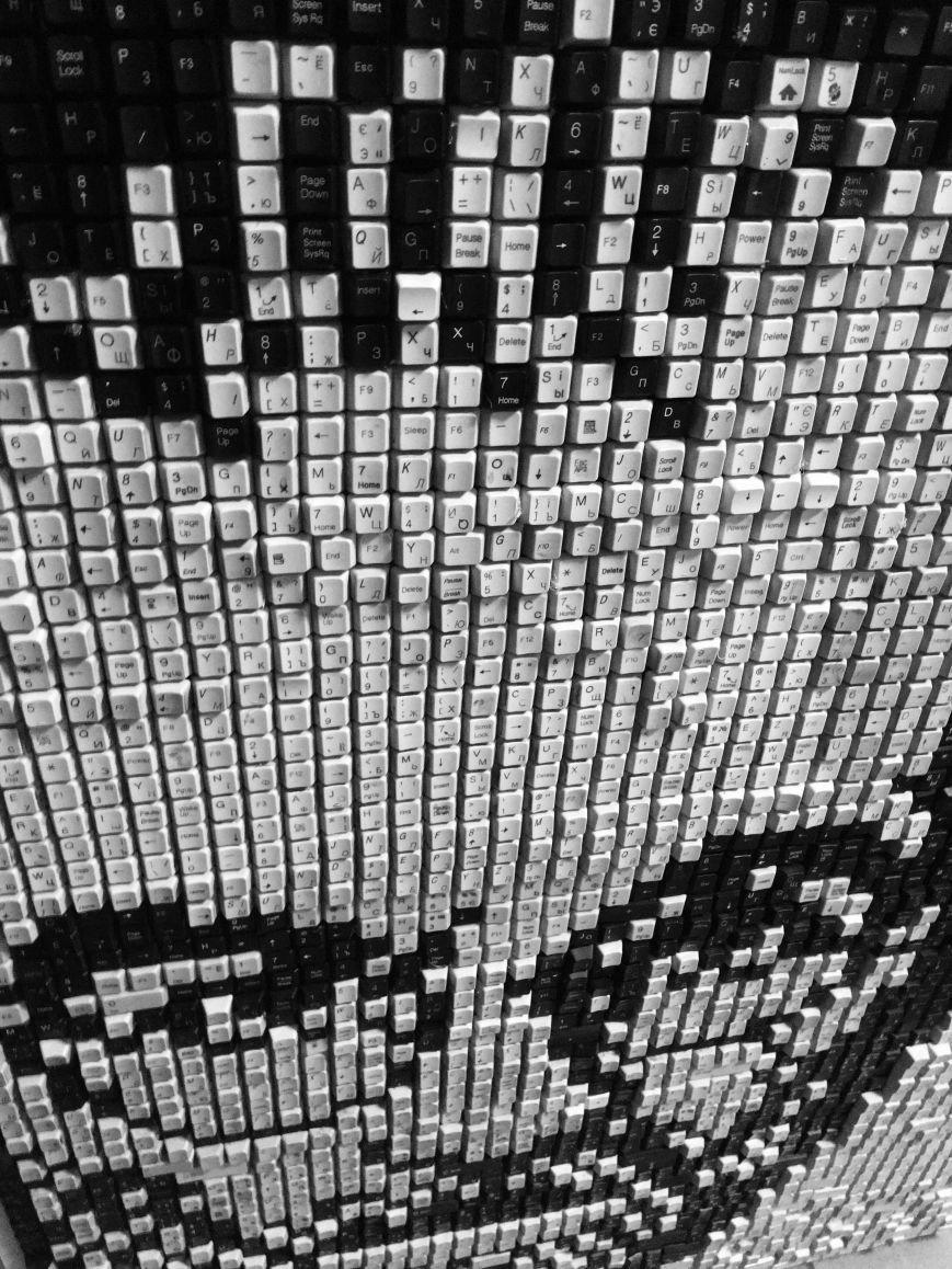 В Мариуполе компьютерщики выложили из клавиш портрет Стивена Джобса (ФОТО), фото-3