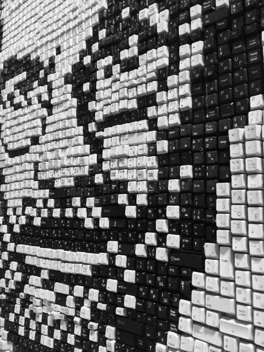 В Мариуполе компьютерщики выложили из клавиш портрет Стивена Джобса (ФОТО), фото-4
