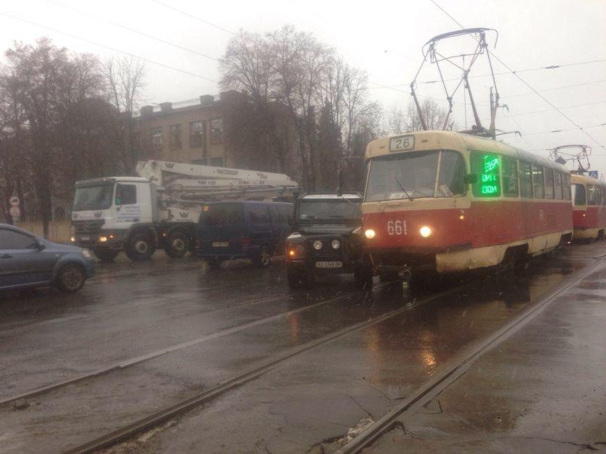 Авария: Автомобиль въехал в трамвай (ФОТО)