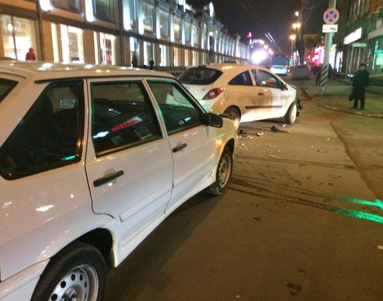 В центре Саратова дорогу не поделили две легковушки, фото-1