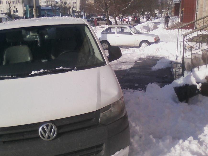 У Новограді-Волинському глиба льоду впавши з багатоповерхівки пошкодила мікроавтобус (ФОТО), фото-1