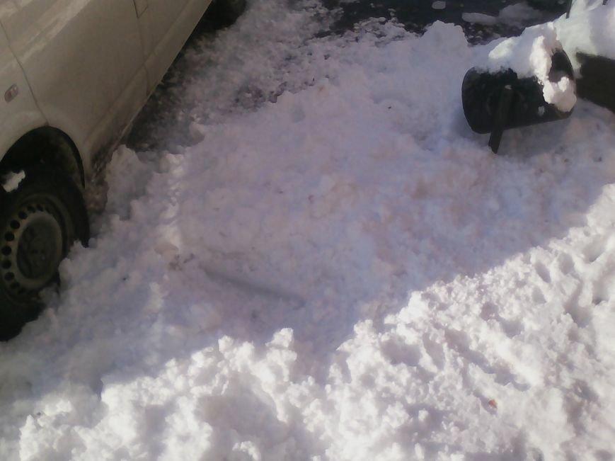 У Новограді-Волинському глиба льоду впавши з багатоповерхівки пошкодила мікроавтобус (ФОТО), фото-2