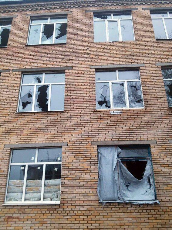 Боевики «ДНР» вновь обстреляли школу в Марьинке (ФОТО), фото-2