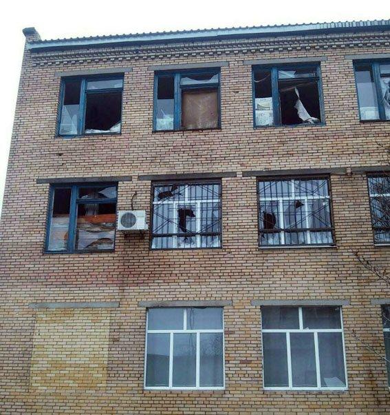 Боевики «ДНР» вновь обстреляли школу в Марьинке (ФОТО), фото-1