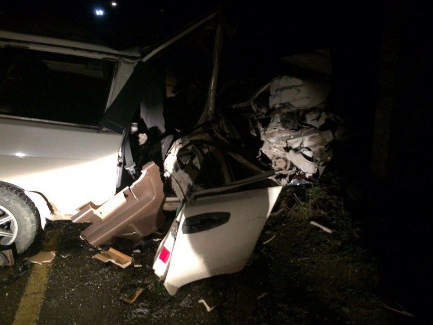 На крымской трассе легковушка врезалась в столб: водитель и два пассажира погибли (ФОТО), фото-1