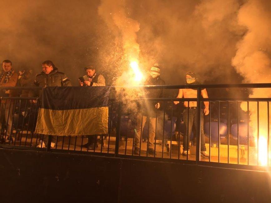 В Харькове на футбольном матче украинские фанаты сожгли флаг Сербии (ФОТО), фото-2