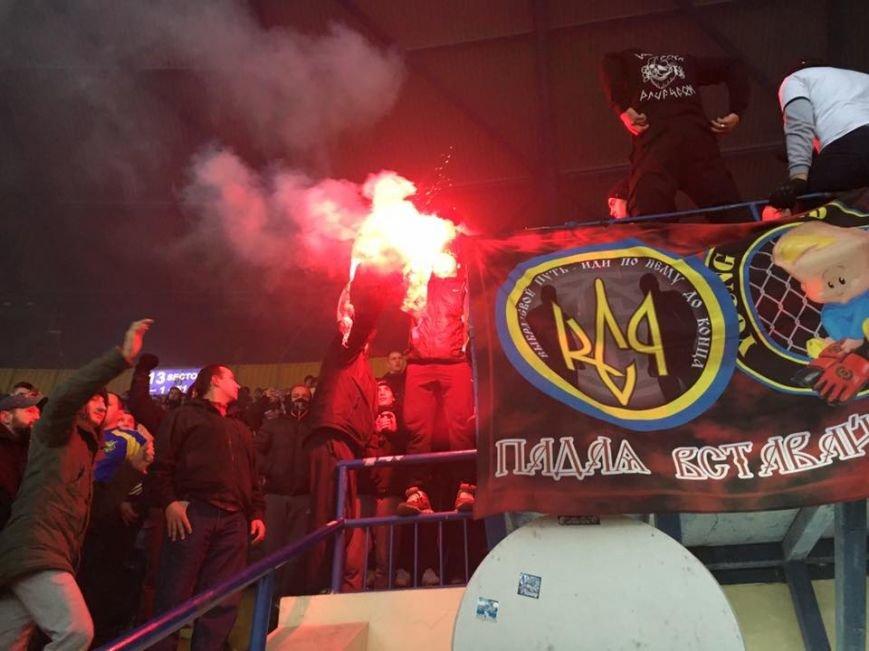 В Харькове на футбольном матче украинские фанаты сожгли флаг Сербии (ФОТО), фото-3