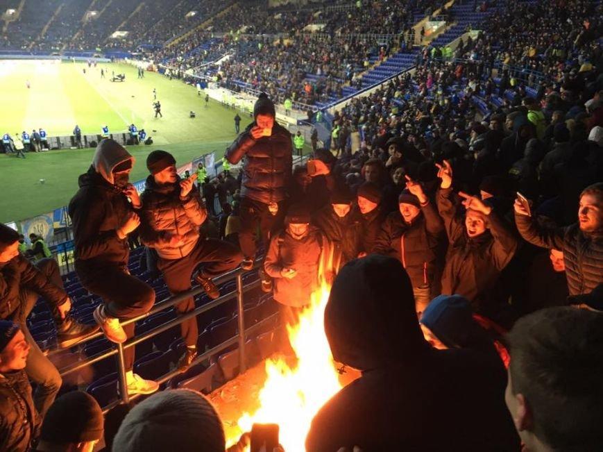 В Харькове на футбольном матче украинские фанаты сожгли флаг Сербии (ФОТО), фото-4