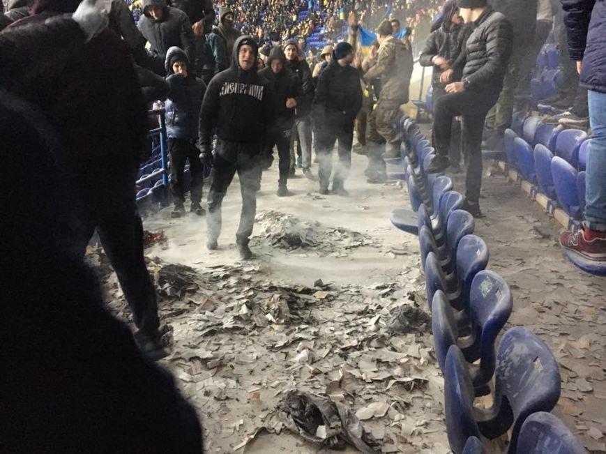 В Харькове на футбольном матче украинские фанаты сожгли флаг Сербии (ФОТО), фото-1