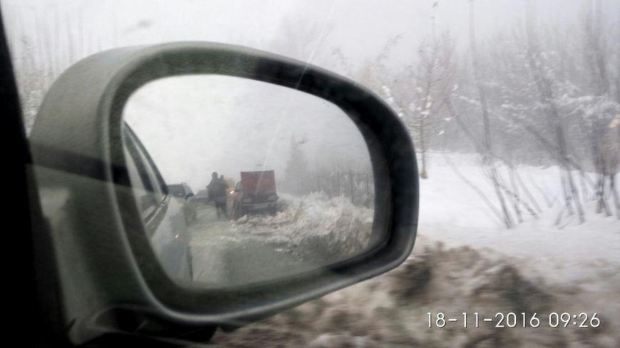 Автівку, яка сьогодні вранці загорілася на дорозі, гасили снігом (ФОТО), фото-3
