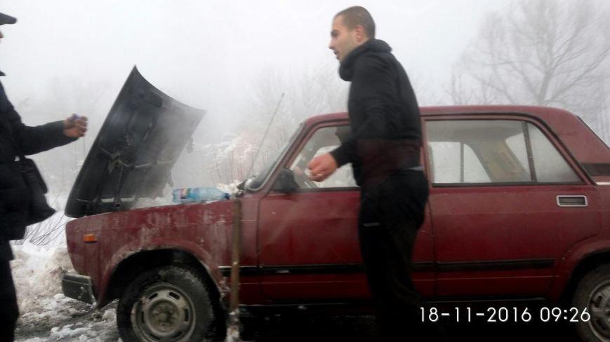 Автівку, яка сьогодні вранці загорілася на дорозі, гасили снігом (ФОТО), фото-2