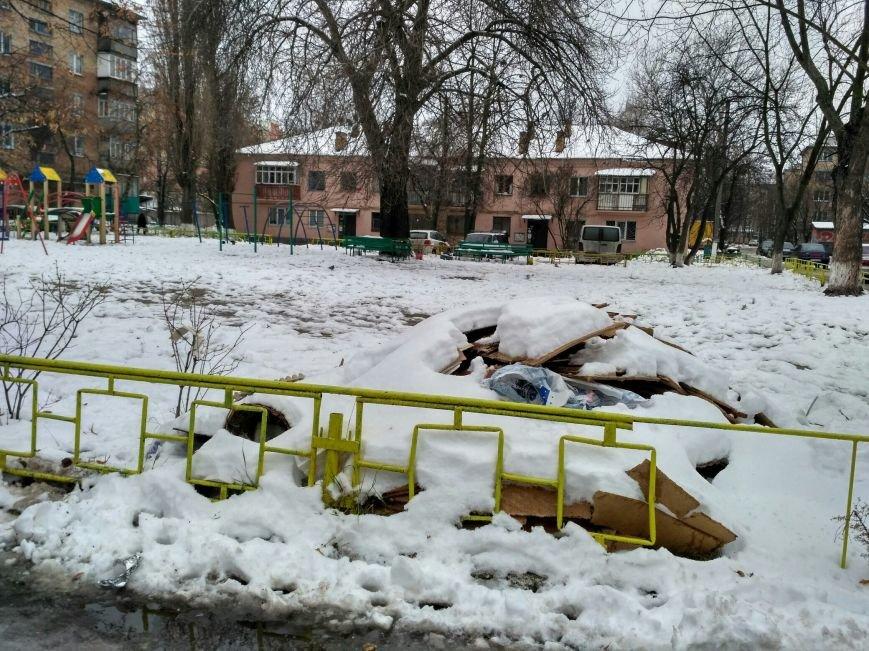 Мусорный курган все еще на детской площадке, фото-1
