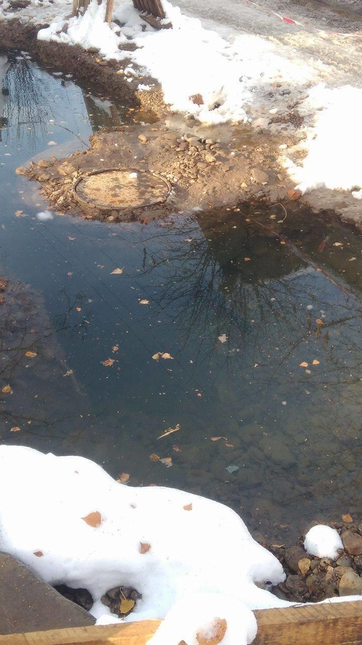Величезна яма з водою на вулиці Гнатюка створює небезпеку для місцевих школярів (ФОТО), фото-4