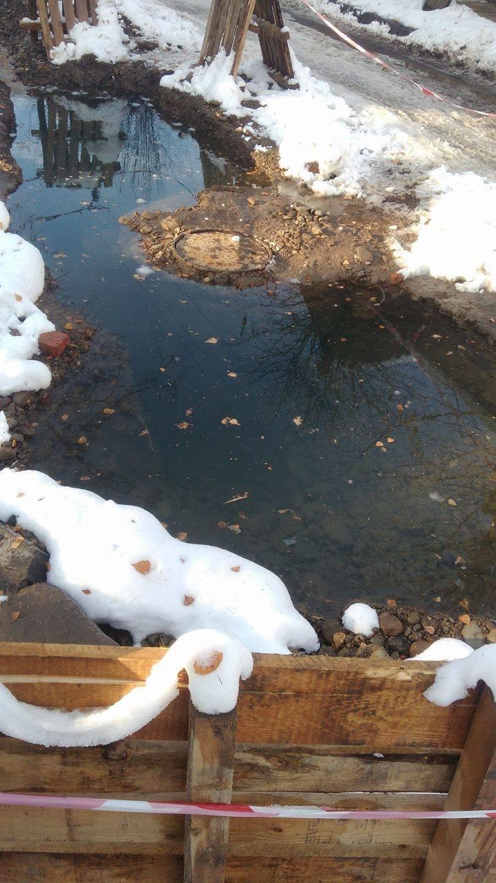 Величезна яма з водою на вулиці Гнатюка створює небезпеку для місцевих школярів (ФОТО), фото-5