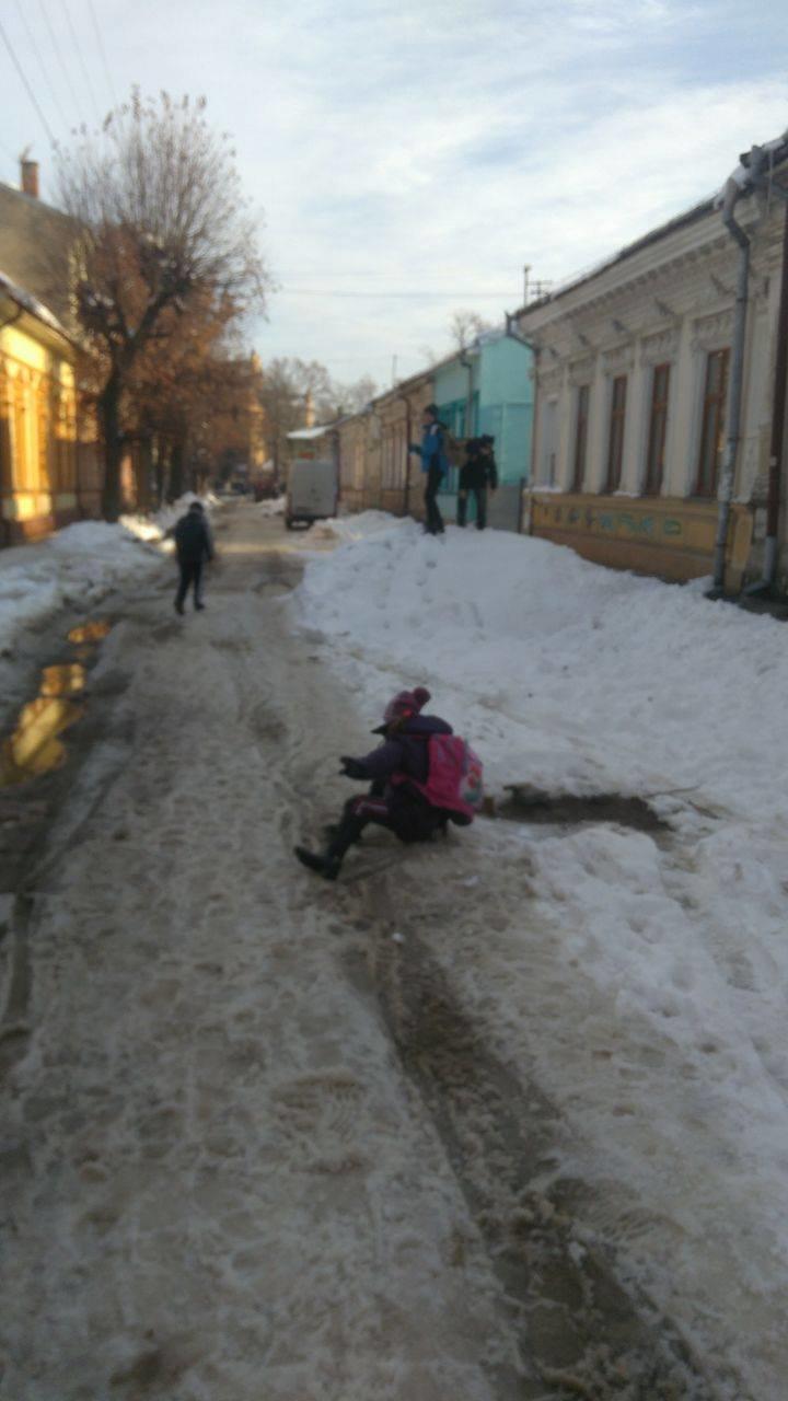 Величезна яма з водою на вулиці Гнатюка створює небезпеку для місцевих школярів (ФОТО), фото-1
