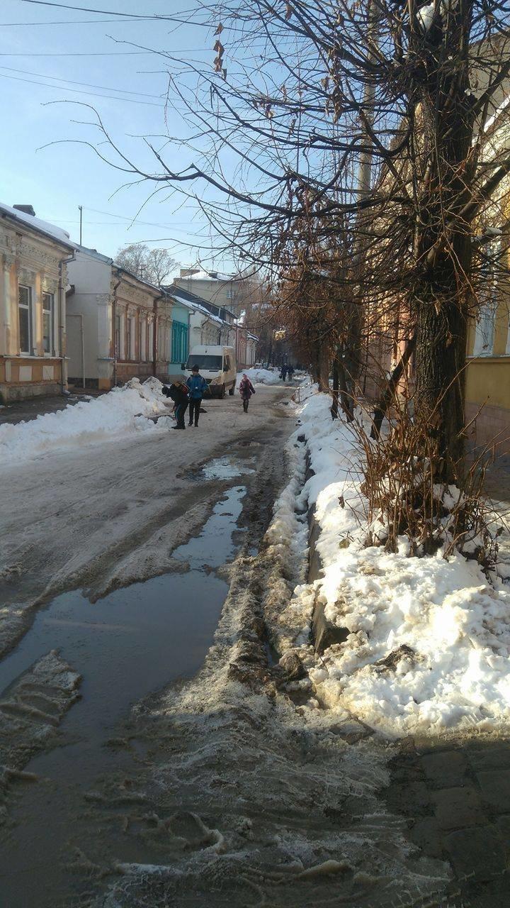 Величезна яма з водою на вулиці Гнатюка створює небезпеку для місцевих школярів (ФОТО), фото-2